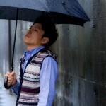 梅雨は髪がチリチリ!雨の前髪うねり対策くせ毛を生かす男性ヘア